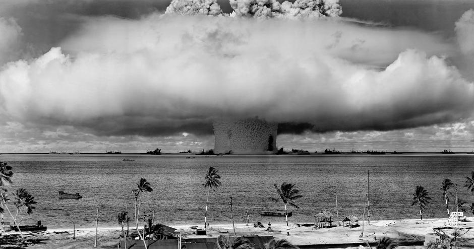 Symbolbild Atomwaffenexplosion in Paradies, mit Strand und Palmen