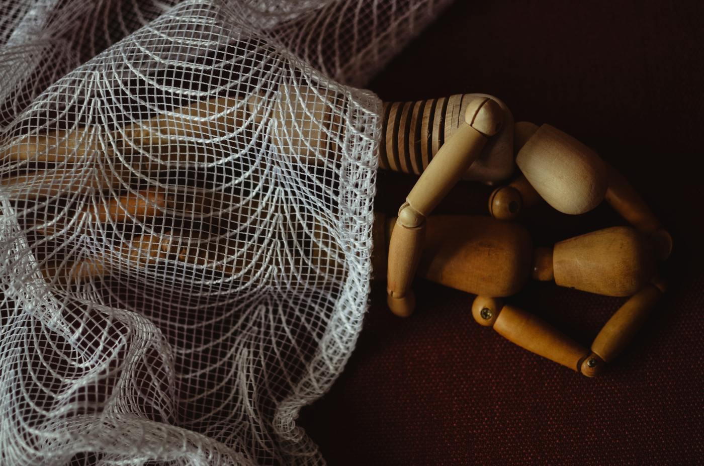 Zwei geometrische Figuren, die miteinander im Bett liegen. Man hat das Gefühl zwei Personen umarmen sich, nachdem sie miteinander geschlafen haben.